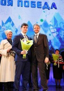 Ткачев награждает Оркопуло за медалью за активное участие в подготовке и проведении XXII Олимпийских и XI Паралимпийских зимних игр 2014 года в Сочи